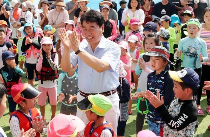 백군기시장이 어린이들과 함께하는 모습.jpg