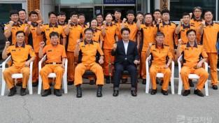 용인소방서 직원들과 기념사진 2.JPG