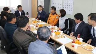 김대정 용인시 제2부시장이 의용소방대원들의 애로사항 등을 청취하고 있다..JPG