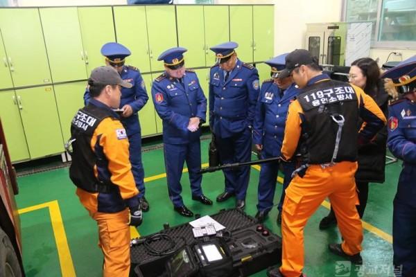 몽골 재난관리청 관계자들이 구조장비에 대한 설명을 듣고 있다.JPG