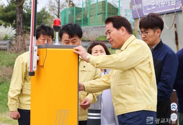 백군기 시장이 여름철 자연재난 대비 세월교 차단시설을 점검하는 모습.JPG