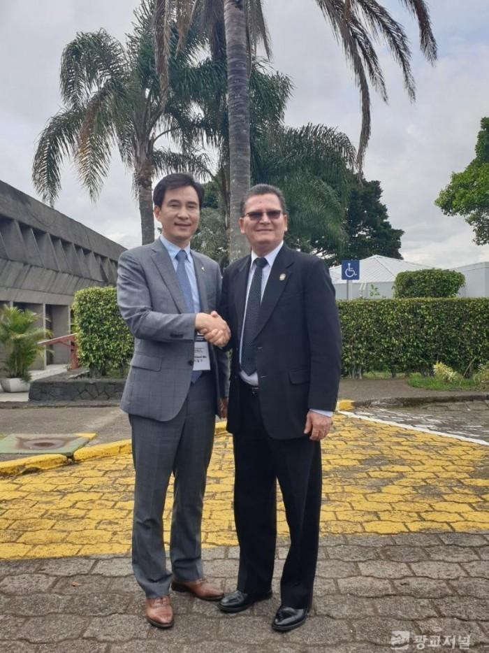 사진1-2. 코스타리카 대통령궁 공식초청 행사에서 기념촬영 중인 서철모 화성시장(왼쪽)과 커데로 코스타리카 부통령.jpg