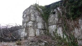 6.한산도 포로수용소, 경상남도 기념물 제302호로 지정-추봉도 건물기둥.JPG