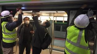 (사진) 관계자들이 경전철 스크린도어를 점검하고 있는 모습.jpg