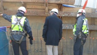 기흥구 안전점검반이 관내 대형공사장 안전점검을 진행하고 있다..JPG