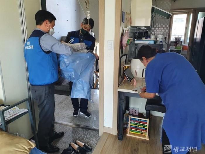 210331_상현2동, 지역사회보장협의체서 취약 계층 이불 세탁_사진(2).jpeg