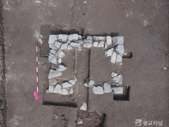현오국사탑비의 기초시설로 추정되는 장방형 석축 모습.jpg