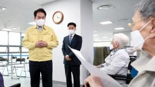만 75세 이상 어르신들의 코로나19 백신 접종이 시작된 8일 백군기 용인시장이 처인구 코로나19예방접종센터에 방문해 어르신들과 이야기를 나누고 있다. (3).JPG