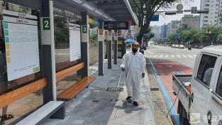 210408_수지구, 버스·택시승강장 335곳 시설물 정비·대청소_사진(2) 승강장 방역.jpg