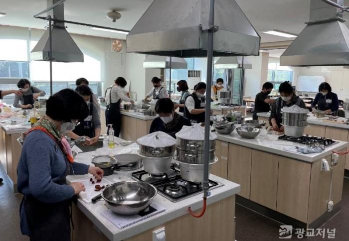 210422_백옥쌀 소비 늘리기 위해 디저트 등 쌀 활용 교육_사진(4) 퓨전떡과정.jpg